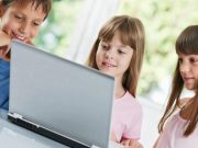 Djeca za laptopom.. Škola- Online nastava