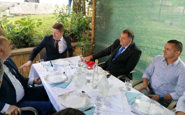 ГАЦКО, 19. АВГУСТА /СРНА/ - Предсједник СНСД-а Милорад Додик стигао је у Гацко, у село Липник, гдје је почео састанак са кандидатом СНСД-а за начелника ове општине Огњеном Милинковићем.9