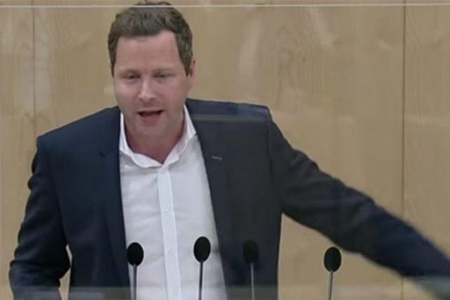 Poslanik Slobodarske partije Austrije Mihael Šnedlic oštro je kritikovao austrijsku vladu zbog upotrebe nepouzdanih testova pri masovnom testiranju stanovništva