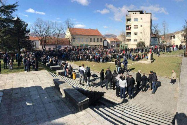 Bilea vise stotina ljudi protestuje